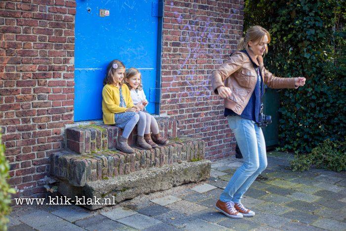 Ik weet niet eens meer wat ik hier precies doe. Maar een beetje gek doen werkt altijd als je kinderen fotografeert ;) [Foto: Annemarie Andriessen - klik-klak.nl]