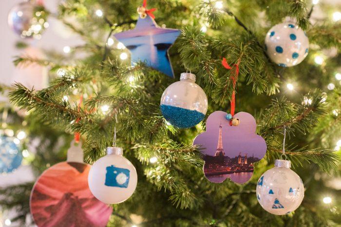 Kerstballen met foto's in de boom