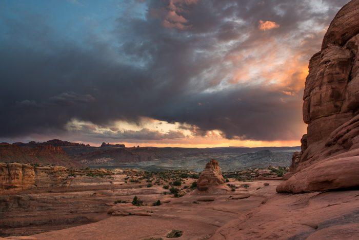 Dreigende wolken tijdens zonsondergang
