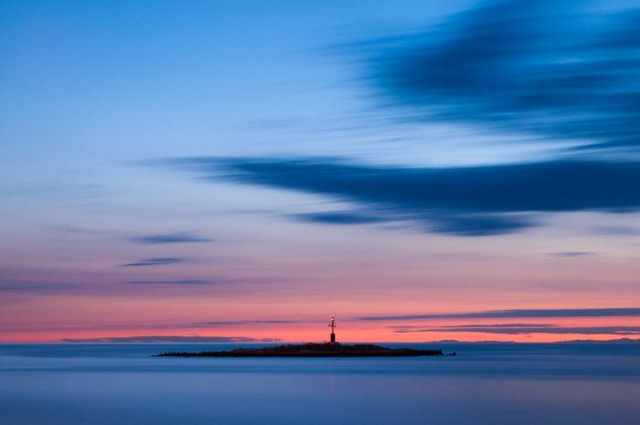 Door de lange sluitertijd bij deze zonsondergang in Kroatie is zowel het water als de lucht bewogen.